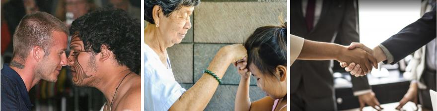 Deux hommes collés nez à nez. Une femme agée posant le dos de sa main sur le front d'une enfant. Une femme serrant la main d'un homme
